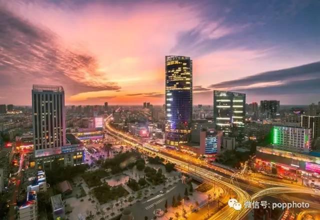 风光摄影要求画面细节能够完美再现,清晨与傍晚是风光摄影爱好者进行创作的最佳时间段,如何利用一早一晚拍摄出比较完美的城市风光,希望通过本文能给大家带来一些帮助。  城市风光日出拍摄技巧 在一些大城市拍摄城市风光,对于运气比较好的摄影爱好者来说,有许多建筑的灯光有时候会持续亮一夜直到天明才会熄灭,那么再遇到比较好的天气的情况下,就能拍摄非常完美的城市风光照片。 风光拍摄,第一步,在确认构图的情况下,三脚架固定好相机不能再发生移动。第二步开始对焦,对于弱光下如何实现精准对焦,其实对于风光爱好者来说,要了解自己