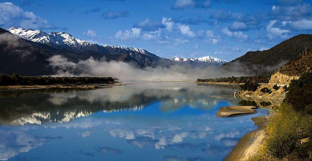 山清水秀的西藏林芝米林县地处雅鲁藏布江中游河谷地带,上有雪山下有