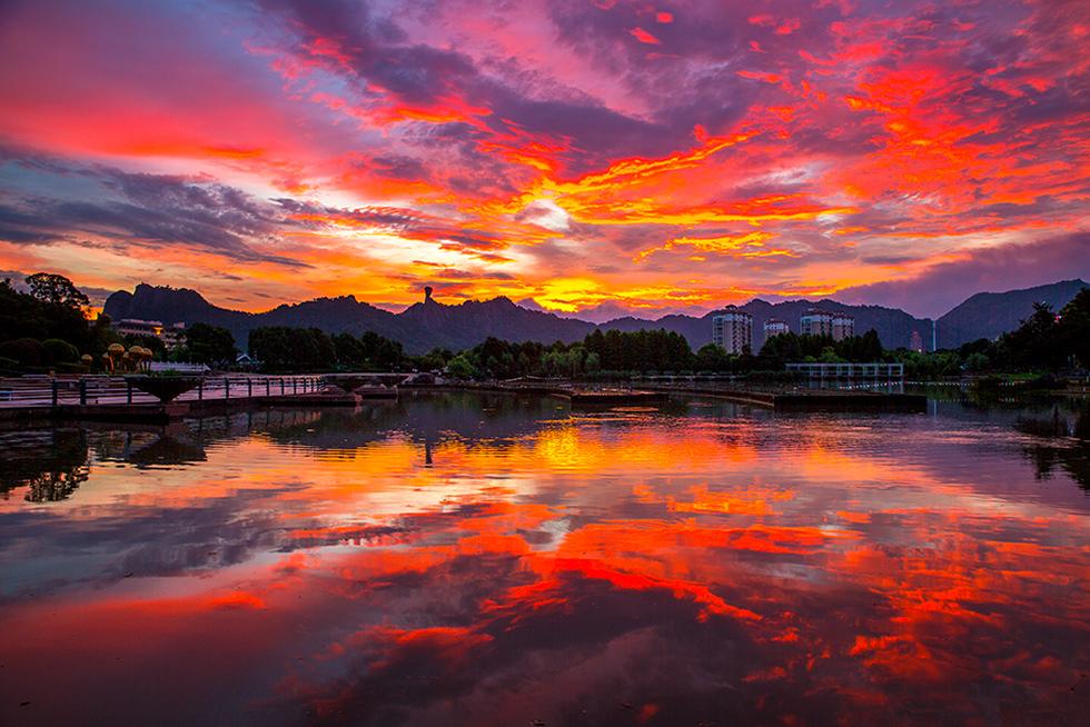 《水天一色》霞光在天空中飞舞,映照着大地,装扮着美丽的锦屏湖.